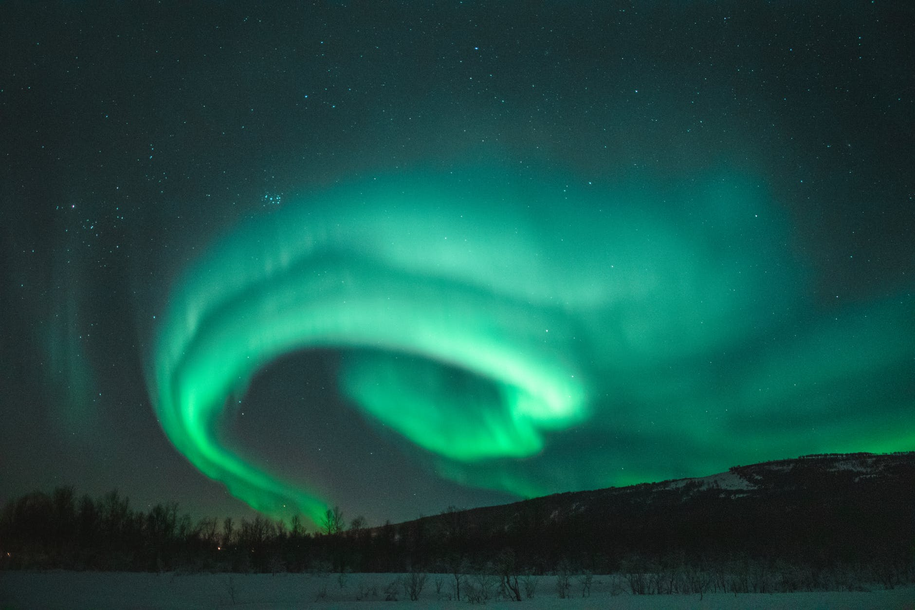 A sarki fény, vagy ahogyan az északi féltekén hívják, az északi fény minden Lappföldre utazó bakancslistáján szerepel. Szeretnéd tudni, hogy hol látható legjobban a sarki fény? Mikor a legjobbak az esélyeid arra, hogy lásd? Olvass tovább és minden kérdésedre választ kapsz.